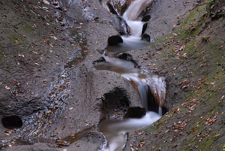 Foto mit Graufilter: Wolfsschlucht - 10 Sekunden belichtet