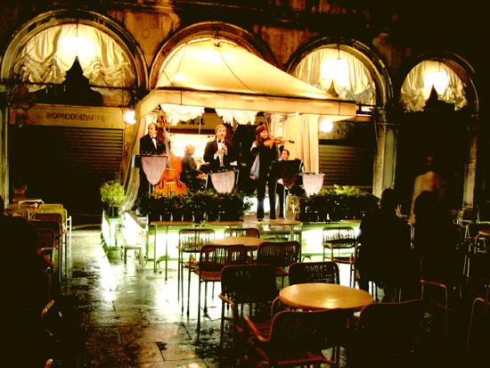 Musiker vor Cafe Lavena