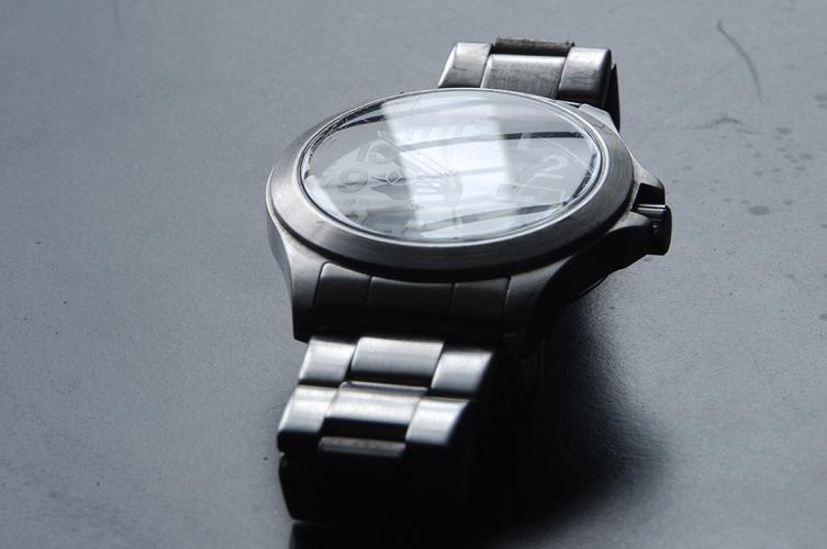 Foto ohne Polfilter: Uhr mit starker Spiegelung