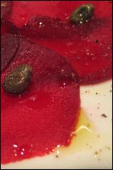 Carpaccio von Rote Beete und Kapern